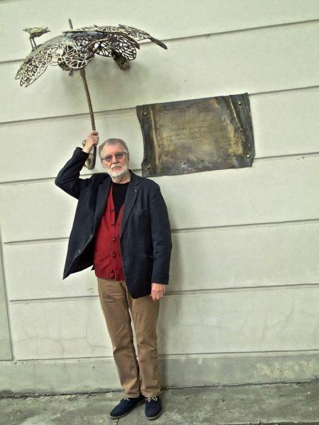 Po poetės Juditos Vaičiūnaitės skėčiu. 2014 m.