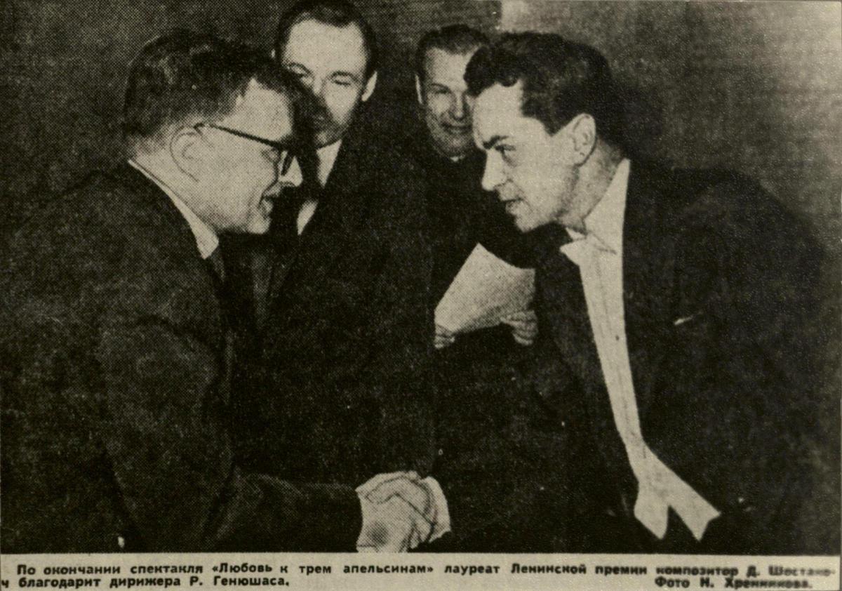 """R. Geniušas su D. Šostakovičiumi statant S. Prokofjevo operą """"Meilė trims apelsinams"""". 1964 m."""
