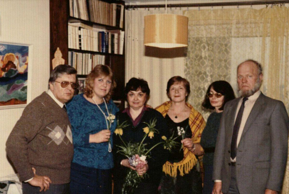 Violetos Kelertienės gimtadienis A. ir A. Zalatorių namuose. Iš kairės: A. Zalatorius, R. Dapkutė, V. Kelertienė, A. Zalatorienė, V. Aputienė, J. Aputis. 1987 m. gegužė.