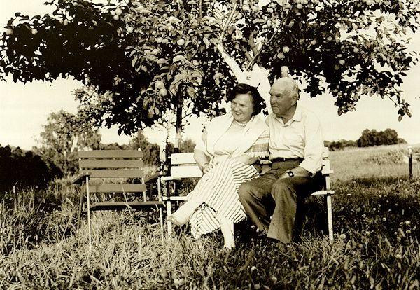 Su žmona sodyboje Kirdeikiuose. 1989