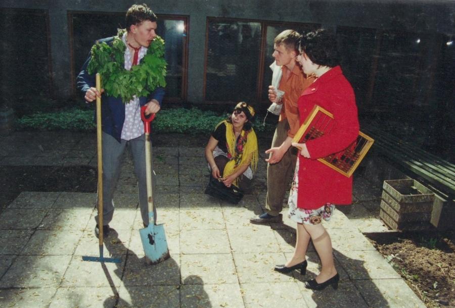 Ruošiamės sodinti bulves... Lituanistų dienos. 2001 m.