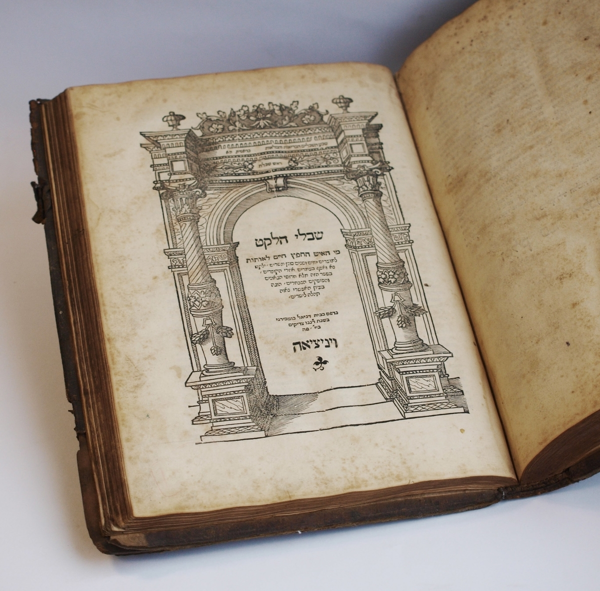 """Kelios seniausios knygos iš M. Strašuno asmeninės kolekcijos, kuri tapo viešosios Strašuno bibliotekos pagrindu. <br /> Cidkijas ben Avraomas Rofe. """"Shibole ha-leket"""" (hebr. Surinkti grūdai). Venecija, Danieliaus Bombergo spaustuvė, 1546."""