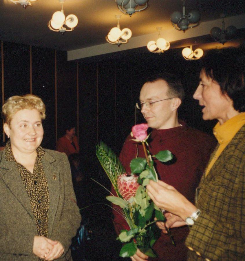 Kolegos sveikina Lituanistikos fakulteto dėstytoją V. Šlekienę apgynus habilitacinį darbą. 2002 m. lapkričio mėn.