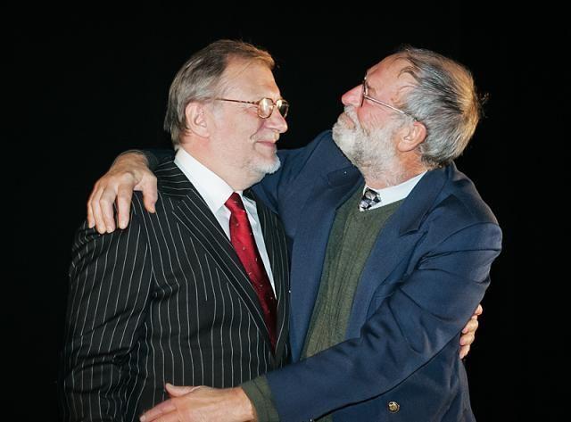 R. Adomaitis 65-erių metų jubiliejaus proga sveikina kolegą aktorių J. Budraitį. 2005 m., Vilnius.