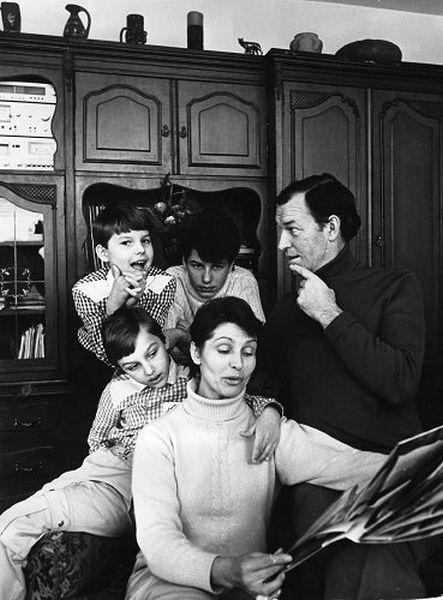 Su žmona Eugenija ir sūnumis Mindaugu, Gediminu ir Vytautu savo namuose Žvėryne. 1990 m., Vilnius.