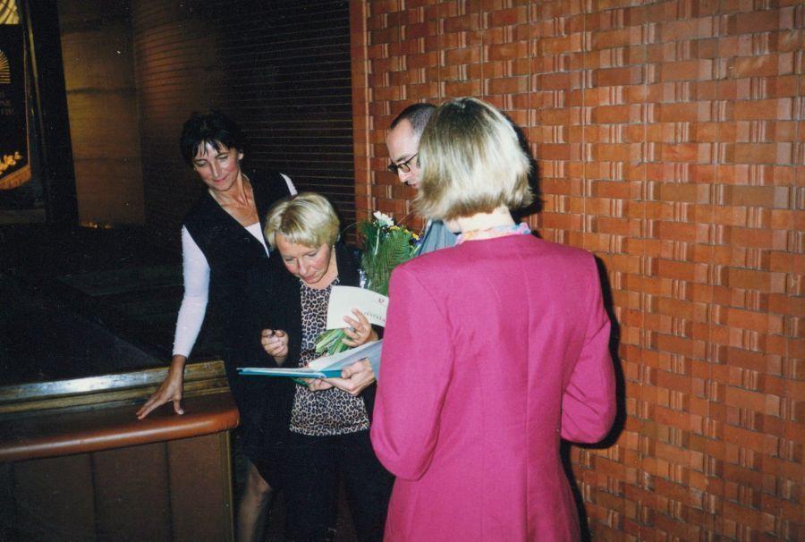 Kolegos sveikina Lituanistikos fakulteto dėstytoją S. Radzevičienę gavus docento atestatą. 2000 m.