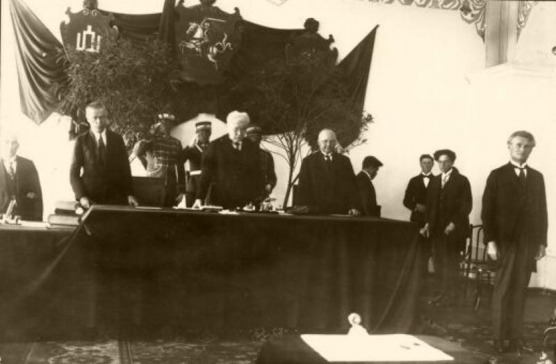 Lietuvos Respublikos Prezidentas K. Grinius prisiekia Lietuvos Respublikos Seime. Centre – Seimo pirmininkas J. Staugaitis. Kaunas, 1926 m. birželio 8 d.