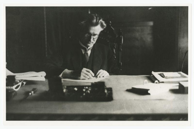 Lietuvos Respublikos Prezidentas K. Grinius savo darbo kabinete Prezidentūroje. Kaunas, 1926 m.