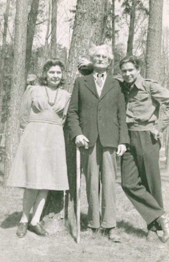K. Grinius su žmona Kristina ir sūnumi Liūtu Vokietijoje. Muna bei Dieburgas, 1946 m.