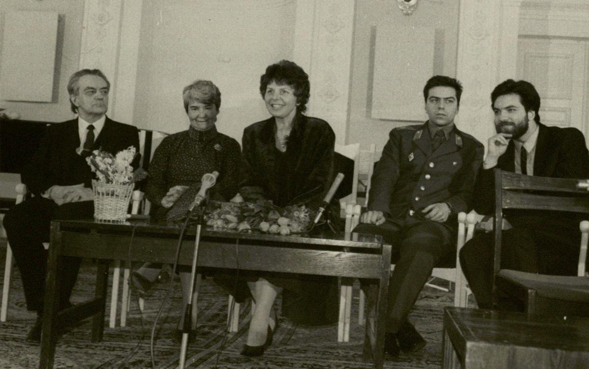 Vakaras Meno darbuotojų rūmuose 1987 m. R. Geniušas, O. Narbutienė, Irena Geniušienė, Julius ir Petras Geniušai.