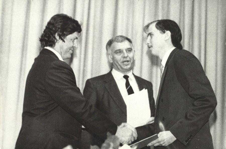 Doc. V. Valskys diplomo įteikimo metu. 1992 m.