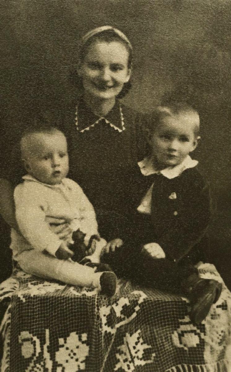 Su mama ir broliu Konradu
