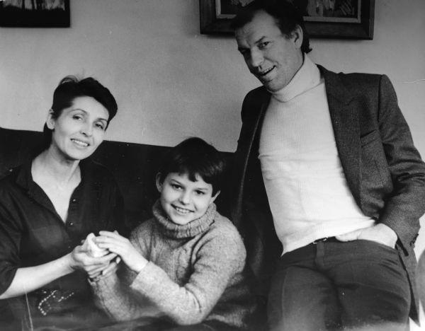 Su žmona Eugenija ir sūnumi Gediminu savo namuose Žvėryne. 1990 m., Vilnius.