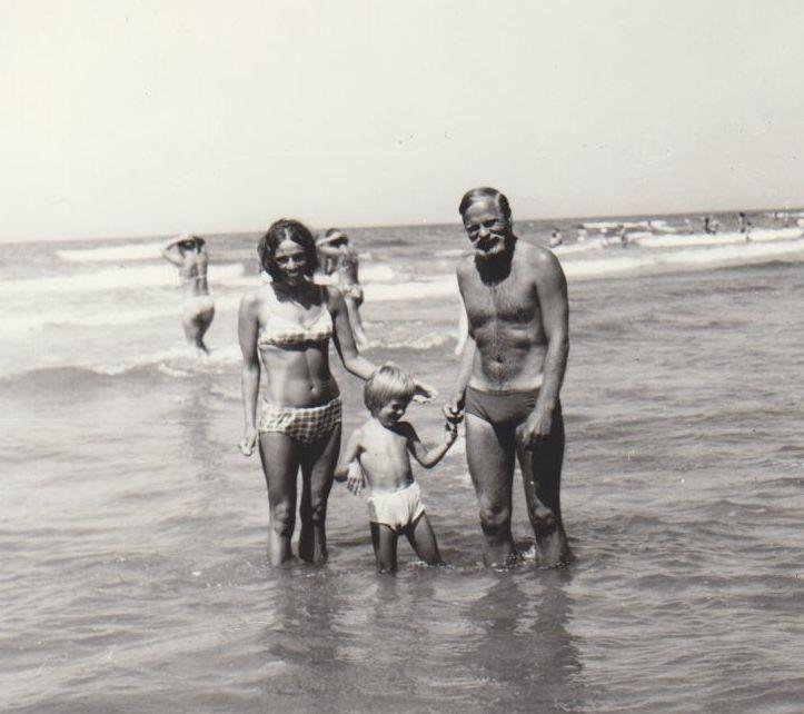 Bronius Radzevičius su žmona ir sūnumi Palangoje. 1977 m., Vilnius.