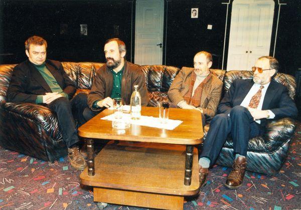 Su Vilniaus mažojo teatro režisieriumi R. Tuminu (antras iš kairės), aktoriumi A. Dapšiu (pirmas iš kairės) ir scenografu A. Jacovskiu (trečias iš kairės).