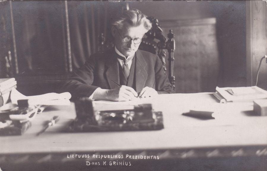 Trečiasis Lietuvos Respublikos Prezidentas K. Grinius prie darbo stalo. Atvirukas. 1926 m.