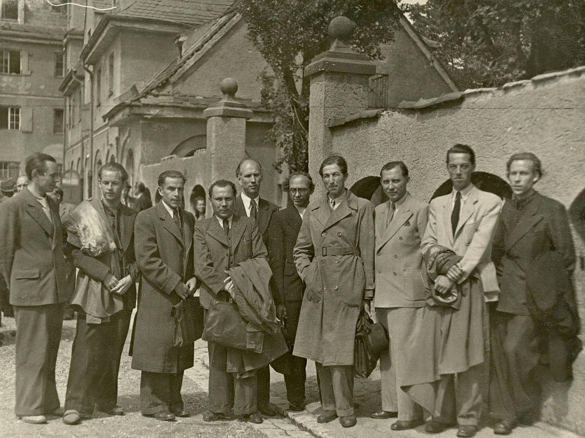 """Rašytojų draugijos pirmojo suvažiavimo dalyviai. Iš kairės: dail. Osmolskis, A. Nyka-Niliūnas, B. Gražulis, K. Bradūnas, S. Santvaras, B. Brazdžionis, knygų leidyklos """"Patria"""" savininkas J. Lenktaitis, V. Ramonas, A. Škėma ir H. Nagys. Don Šulaičio nuotr."""