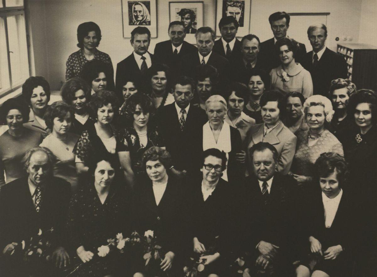 Tuomečio Lietuvių kalbos ir literatūros fakulteto dėstytojų kolektyvas. Apie 1975 m.