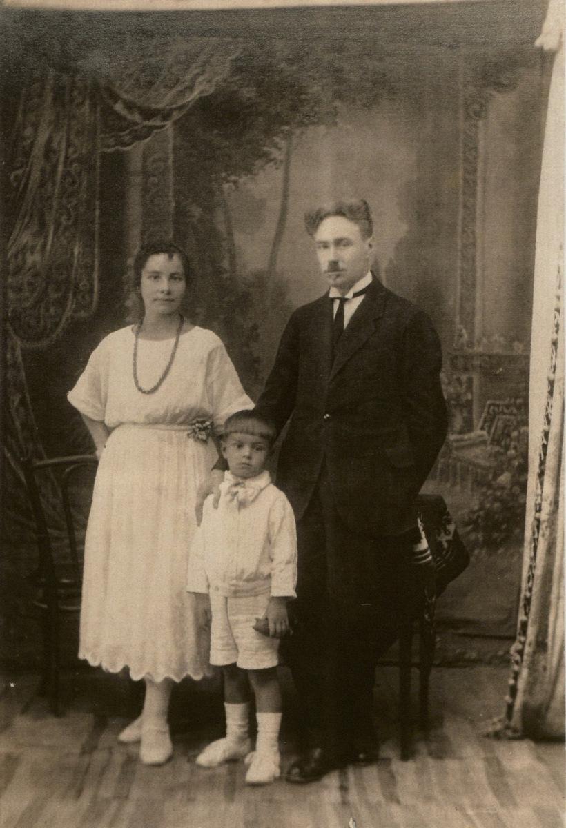 Rimas Geniušas su tėvais Stase ir Juozu Geniušais. Apie 1926 m.