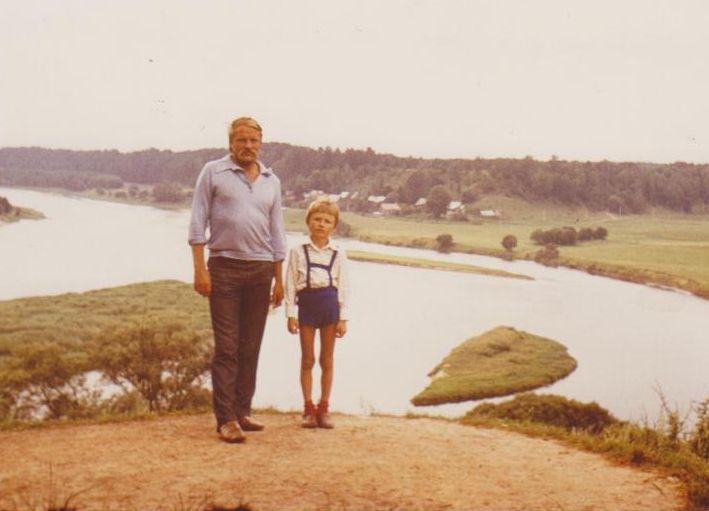 Bronius Radzevičius su sūnumi Kostu Liškiavoje. 1974 m.