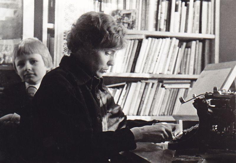 G. Radzevičienė su sūnumi Kostu savo namuose Žvėryne, Vykinto g. 1980 m., Vilnius.