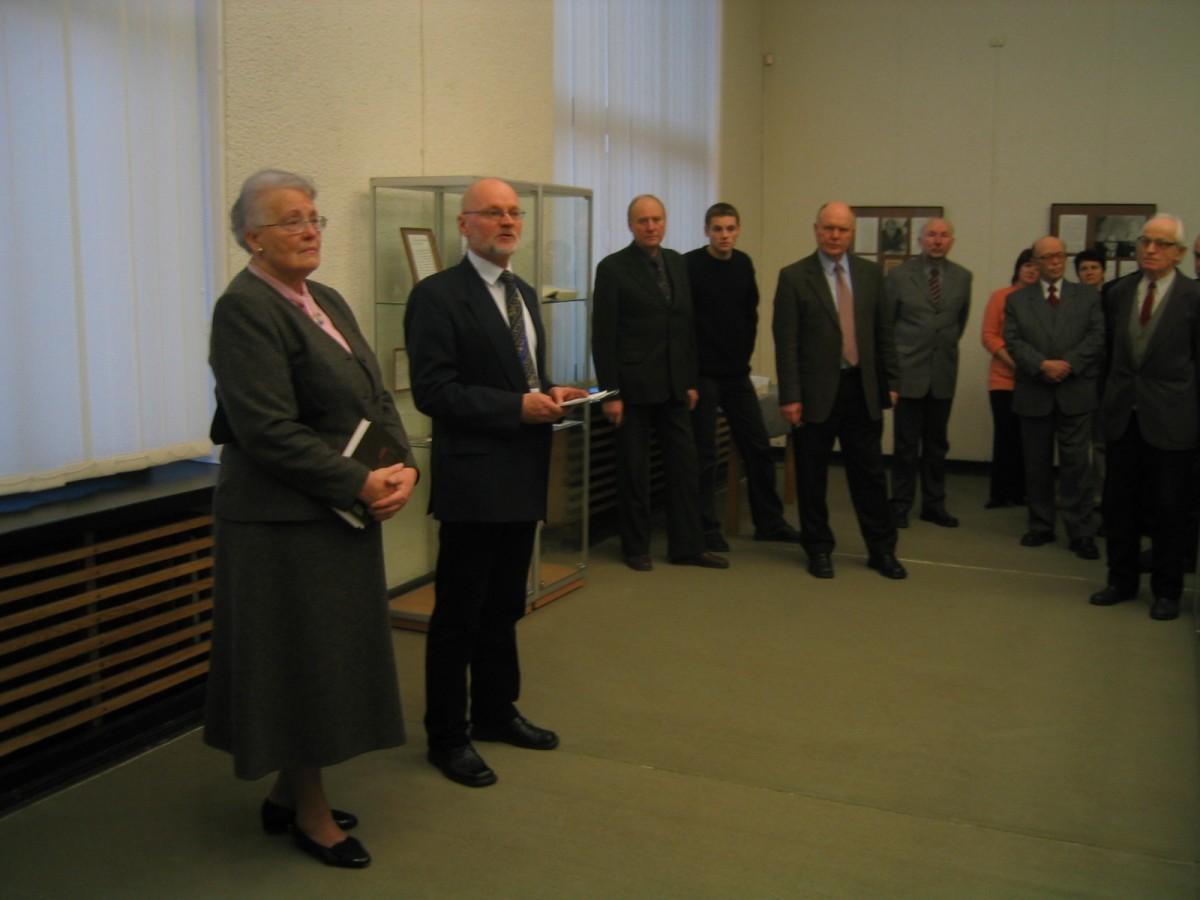 Parodos atidarymo metu. Eglė Borutaitė-Makariūnienė ir Nacionalinės bibliotekos direktoriaus pavaduotojas A. Plioplys