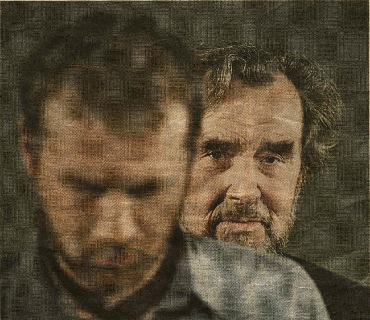 """F. Kafkos inscenizacijoje """"Nuosprendis – metamorfozė"""" tėvo ir sūnaus vaidmenis suvaidino P. ir E. Ignatavičiai. 2013 m."""