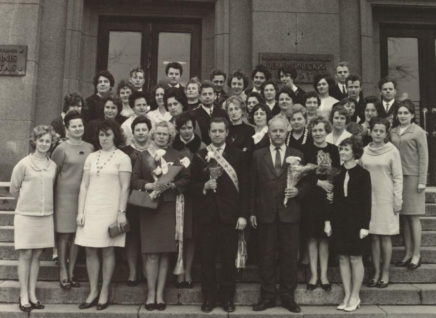 Lietuvių kalbos ir literatūros fakulteto dėstytojai su 21 lituanistų neakivaizdininkų laida. 1970 m. balandžio 4 d.