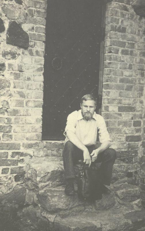 Bronius Radzevičius Trakų pilyje. 1976 m.