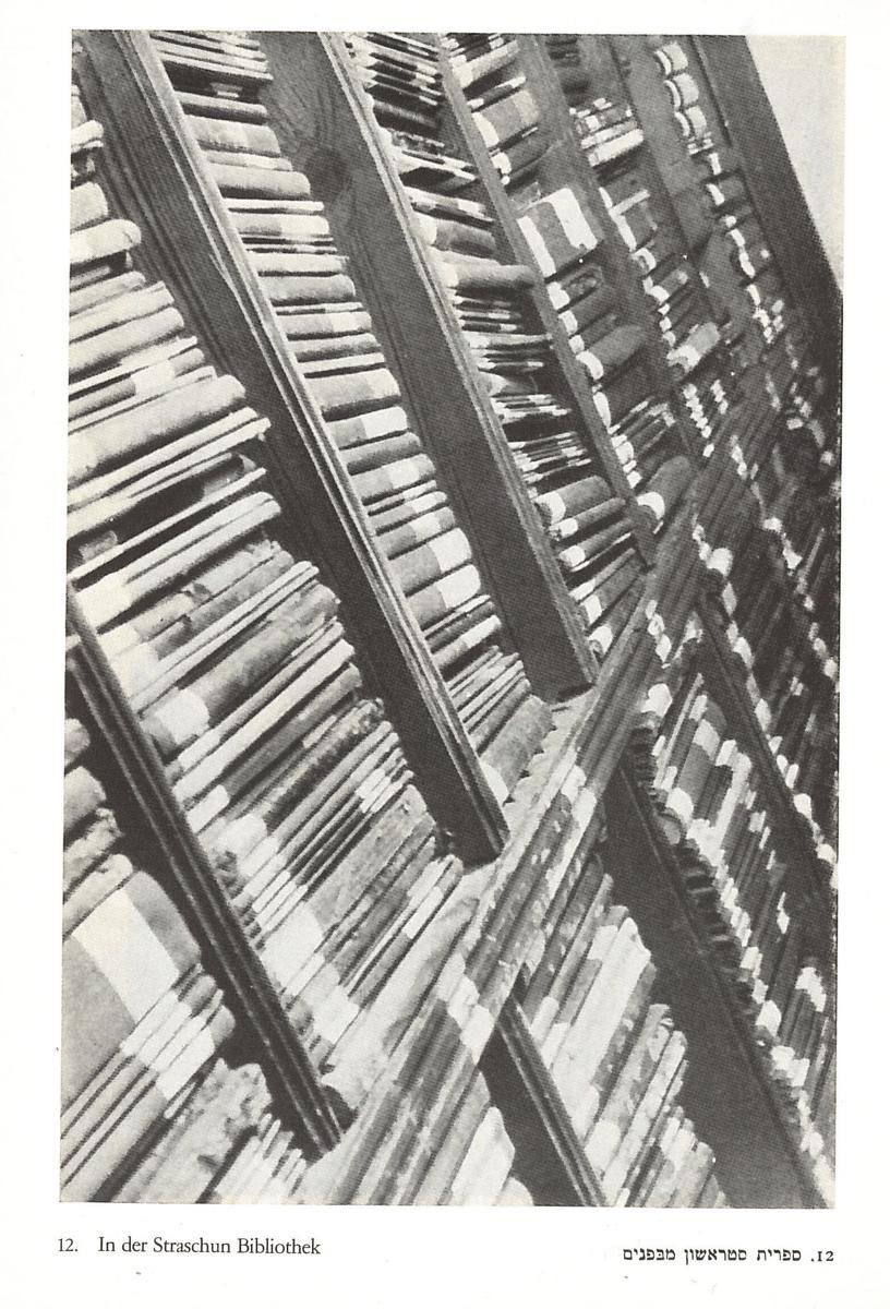 """Strašuno bibliotekoje. <br /> Nuotrauka iš Mozės Vorobeičiko knygos """"Ein Ghetto im Osten. Wilna"""" (vok., Žydų kvartalas Rytų Europoje. Vilnius). Ciurichas ir Leipcigas, Orel Füssli leidykla, 1931 m."""