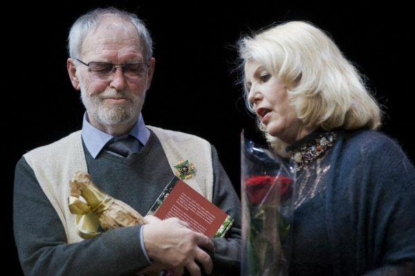 Su kino ir teatro aktore V. Mainelyte savo 75-mečio jubiliejaus vakaro Vilniaus mažajame teatre metu. 2012 m. sausio 31 d.