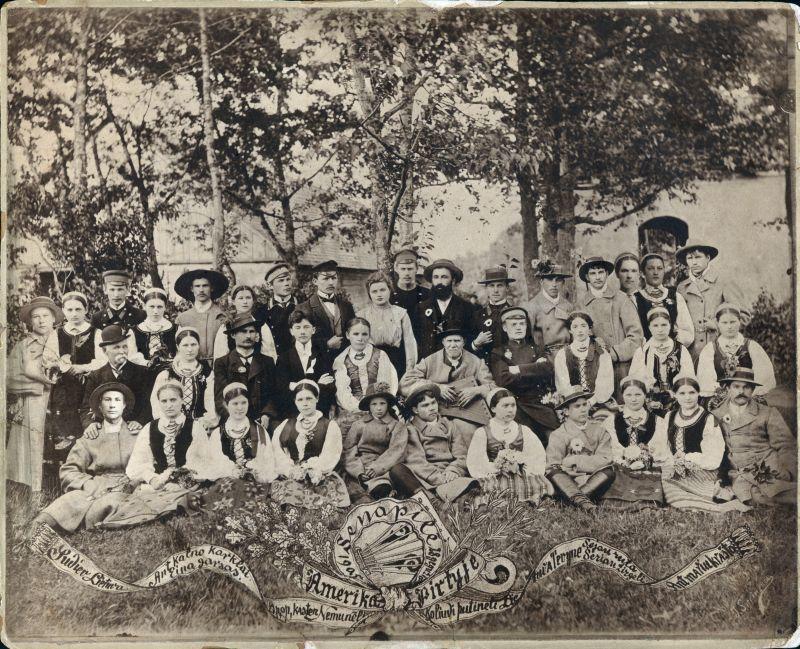 """Pirmojo viešo spektaklio """"Amerika pirtyje"""" Marijampolėje dalyviai. Antroje eilėje antra iš kairės J. Griniuvienė, šalia – K. Grinius. Nuotraukoje yra: J. Žičkauskas, A. Verbyla, P. Grigaitis, A. Garmus, M. Bliūdžius, J. Brazaitis, S. Ringys, J. Grinius. Marijampolė, 1905 m. gegužės 28 d"""