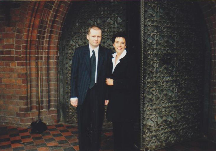 Genė Radzevičienė su sūnumi Kostu prie Šv. Onos bažnyčios. 2000 m., Vilnius.