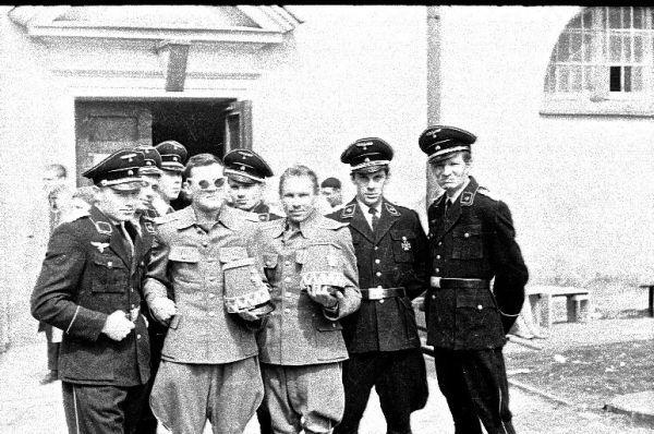 """J. Budraitis (pirmas iš dešinės) su Vilniaus universiteto I kurso studentais uždarbiauja filmuodamasis masinėse scenose filme """"Marš marš,tra ta ta"""". 1963 m."""
