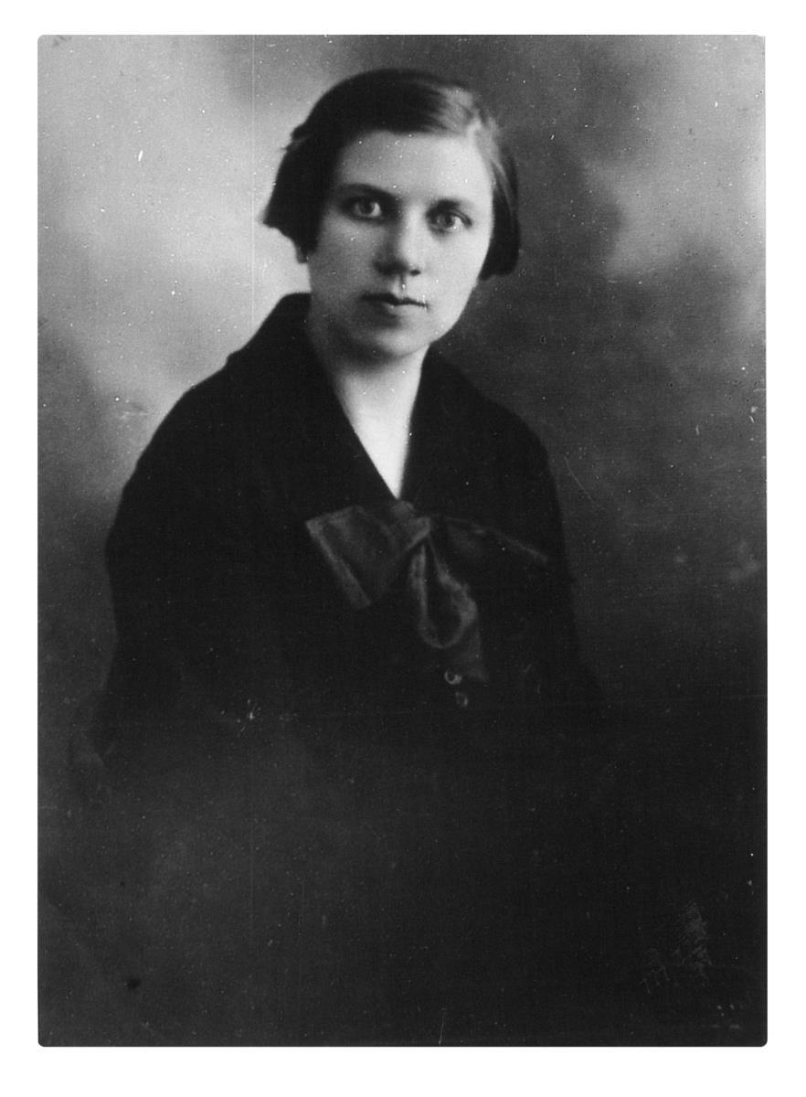 Vilniaus universiteto bibliotekininkė Ona Šimaitė, karo metu padėjusi Vilniaus geto kaliniams gelbėti žydų knygas ir dokumentus. <br /> Po karo pripažinta Pasaulio tautų teisuole.