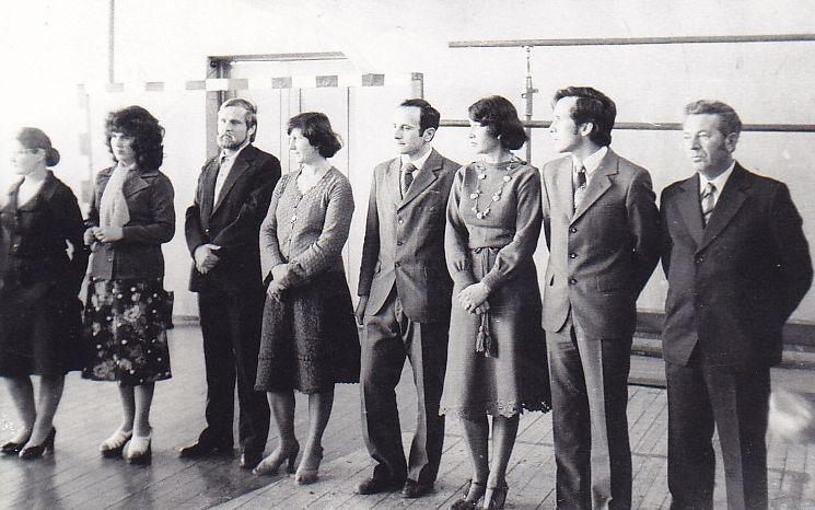 B. Radzevičius (trešias iš kairės) susitikimo su klasės draugais (dešimties metų mokyklos baigimo proga) metu. 1970 m., Vyžuonos.