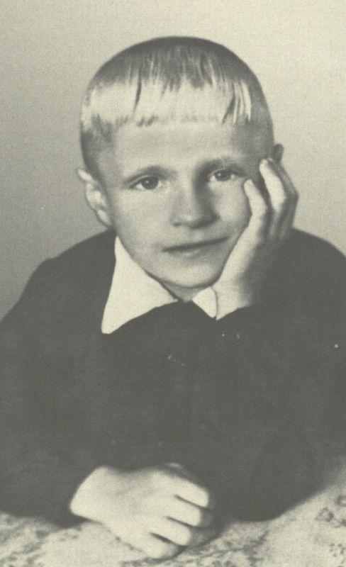 Pirmoji būsimojo rašytojo B. Radzevičiaus nuotrauka. Jam tik penkeri. 1945 m.
