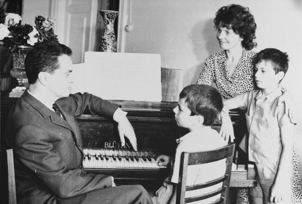 R. Geniušas su žmona I. Žemaityte ir sūnumis Petru ir Juliumi. 1970 m.