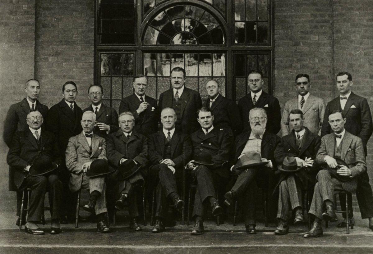 Užsienio sveikatos darbuotojų, priklausiančių Tautų lygos sveikatos apsaugai, sekcija. Trečias iš dešinės dr. J. Šliūpas. (JAV). 1927 m.