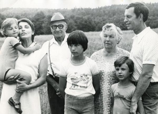 Iš kairės: E. Bajorytė-Adomaitienė, ant rankų laiko sūnų Mindaugą, jos tėvas Povilas, sūnus Vytautas, R. Adomaičio mama Kotryna, sūnus Gediminas ir R. Adomaitis.