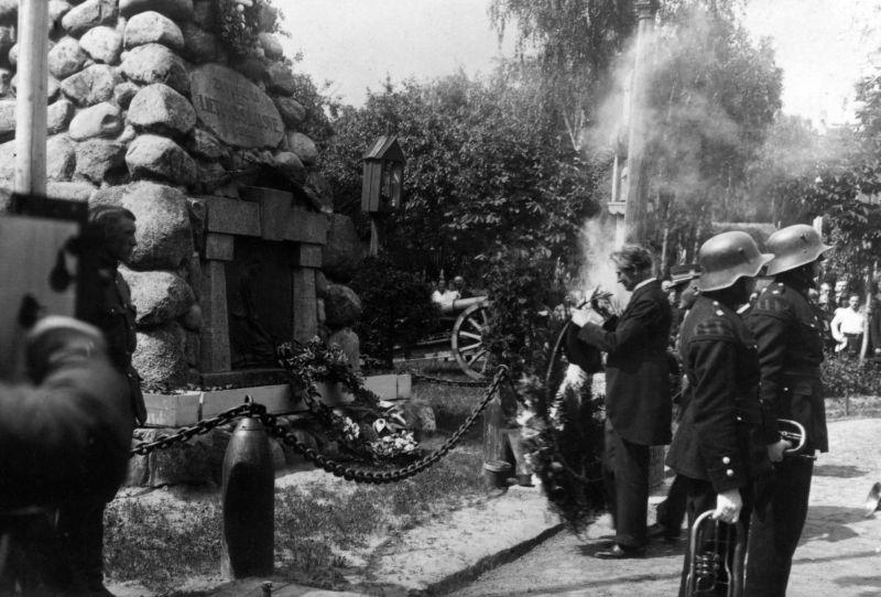 "Lietuvos Respublikos Prezidentas K. Grinius prie paminklo ""Žuvusiems už Lietuvos laisvę"" Karo muziejaus sodelyje. Kaunas, 1926 m."