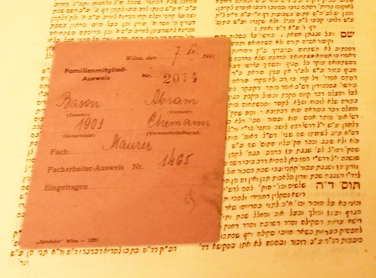 """Vienoje iš Strašuno bibliotekos knygų rastas vadinamasis """"rožinis šainas"""" – geto administracijos išduota kortelė, leidusi dirbančiųjų šeimos nariams gauti maisto davinį.<br /> Ji galėjo priklausyti vienam iš """"popieriaus brigados"""" narių."""