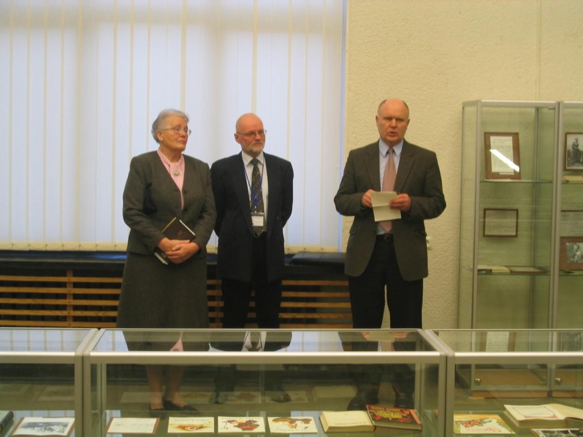 Parodą atidaro iš kairės: E. Borutaitė-Makariūnienė, Nacionalinės bibliotekos direktoriaus pavaduotojas A. Plioplys, literatūros kritikas V. Sventickas