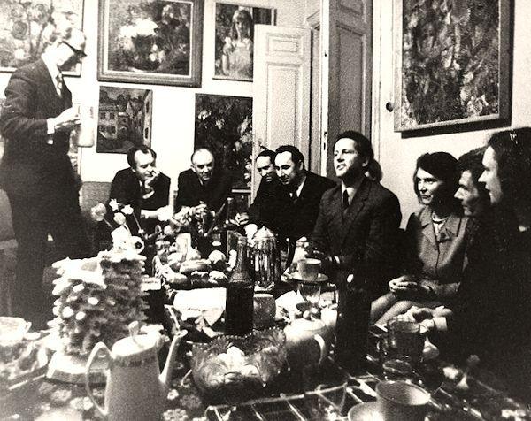 Svečiuose pas dailininkus Bronę ir Bronių Uogintus. Iš kairės: dailininkas Bronius Uogintas, trečias – Algirdas Petrulis, ketvirtas – dailininkas Jonas Švažas,<br /> šeštas – dailininkas Aloyzas Stasiulevičius, septinta – menotyrininkė Nijolė Tumėnienė, devinta – menotyrininkė  Irena Kostkevičiūtė. Apie 1971 m.