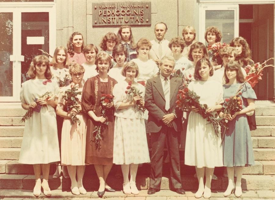 Lietuvių kalbos ir literatūros fakulteto doc. A. Rasimavičius su viena iš lituanistų pedagogų grupių. 1986 m.