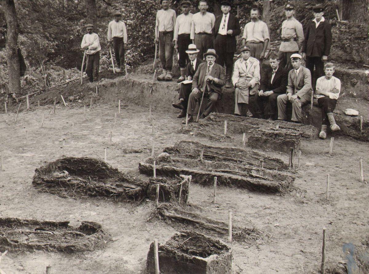 Eduardas Volteris su archeologinių kasinėjimų dalyviais. [Apuolė, 1930].