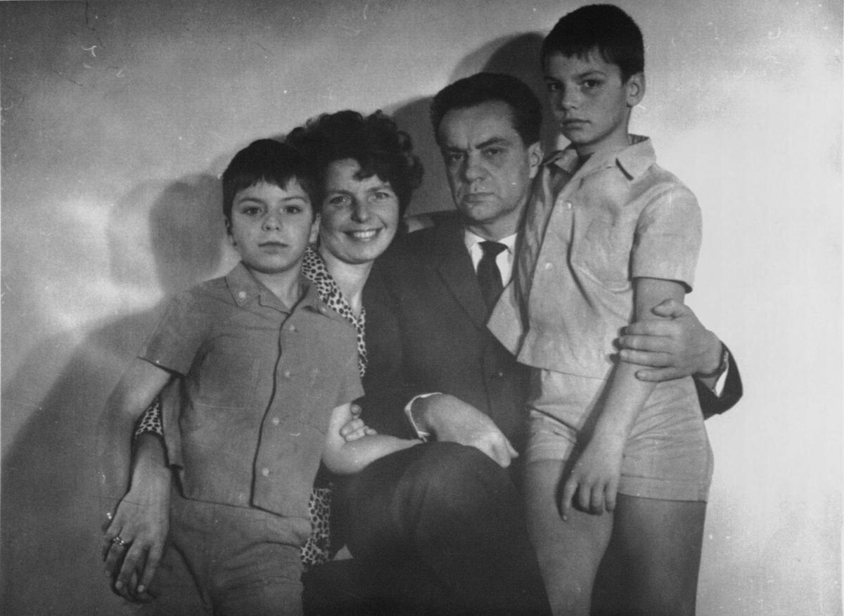 R. Geniušas su žmona ir sūnumis. Vilnius, 1970 m.