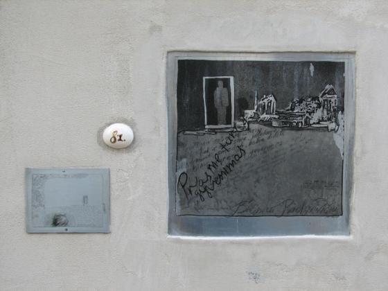 Meninė atminimo lenta Broniui Radzevičiui Vilniaus Literatų gatvėje. Autorius – Anna Pavlova.
