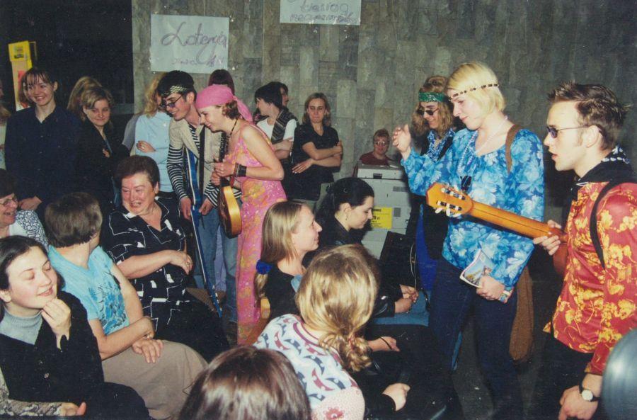 Gal ir žiūrovai žino dainų?.. Lituanistų dienos. 2001 m.