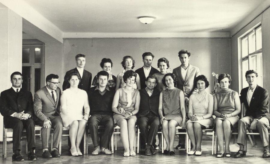Grupė penkto kurso studentų neakivaizdininkų su tuomečio Vilniaus pedagoginio universiteto Lietuvių kalbos ir literatūros fakulteto prodekanu doc. A. Rasimavičiumi (centre) ir doc. J. Riškumi (antras iš kairės). 1969 m. liepos 24 d.